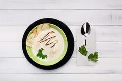 Vue supérieure de cuisine de nourriture française de restaurant Soupe à champignons crémeuse Photographie stock