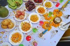 Vue supérieure de culte saint avec le dessert thaïlandais, l'eau colorée, le fruit, les fleurs et la bougie photos stock