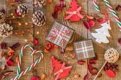 Vue supérieure de décor de vacances, de cadeaux, de coeurs de canne de sucrerie et de région boisée Photos stock