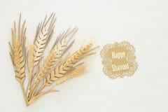 vue supérieure de décoration en bois de culture de blé au-dessus du fond blanc Symboles des vacances juives - Shavuot photos stock