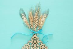 vue supérieure de décoration en bois de culture de blé au-dessus de fond en bon état Symboles des vacances juives - Shavuot photos stock