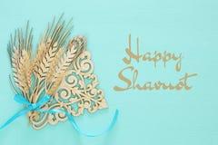 vue supérieure de décoration en bois de culture de blé au-dessus de fond en bon état Symboles des vacances juives - Shavuot photo stock