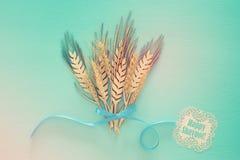 vue supérieure de décoration en bois de culture de blé au-dessus de fond en bon état Symboles des vacances juives - Shavuot image libre de droits