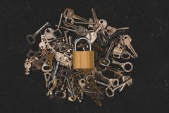 vue supérieure de différentes clés en métal de tas avec la serrure Image libre de droits