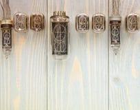 Vue supérieure de différents tubes de nixie sur le fond en bois Image libre de droits