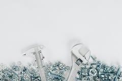 vue supérieure de divers boulons et d'ensemble de encadrement de clé et vernier de calibre de clous, Photographie stock