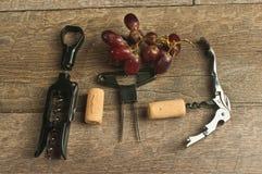 Vue supérieure, de divers ouvreurs de vin et de raisins rouges photos libres de droits