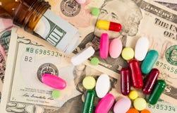 Vue supérieure de divers pilules et billets de banque du dollar images libres de droits