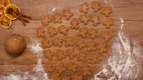 Vue supérieure de faire des biscuits de pain d'épice pour la saison des vacances clips vidéos