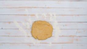 Vue supérieure de faire des biscuits de pain d'épice pour la saison des vacances banque de vidéos