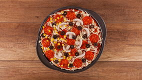 Vue supérieure de faire une pizza - arrêtez l'animation de mouvement clips vidéos