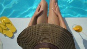 Vue supérieure de femme dans le chapeau jouant avec de l'eau près de la piscine, appréciant le week-end clips vidéos