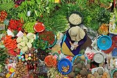Vue supérieure de femme non identifiée vendant des légumes Photo stock