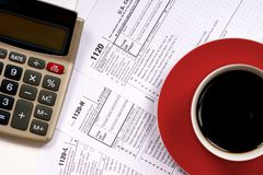 vue supérieure de 1120 feuilles d'impôt avec la tasse de café Photo stock