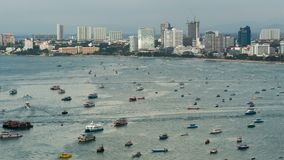 Vue supérieure de flotter beaucoup de bateaux et de bateaux en mer Laps de temps thailand Pattaya clips vidéos