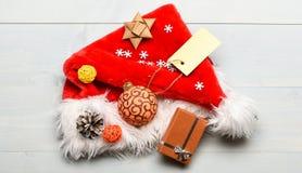 Vue supérieure de fond blanc de chapeau de Santa Chapeau de Santa avec le boîte-cadeau de Noël Cadeaux de Noël de Santa Attention images libres de droits