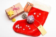 Vue supérieure de fond blanc de chaussette de Noël Chaussette de suffisance avec des cadeaux ou des présents Célébration de Noël  image libre de droits