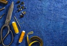 vue supérieure de fond des jeans de couture sur le tissu de denim Images libres de droits