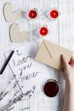 Vue supérieure de fond en bois de lettre d'amour de jour du ` s de Valentine de concept Photos libres de droits