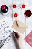 Vue supérieure de fond en bois de lettre d'amour de jour du ` s de Valentine de concept Photos stock