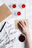 Vue supérieure de fond en bois de lettre d'amour de jour du ` s de Valentine de concept Photographie stock