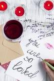 Vue supérieure de fond en bois de lettre d'amour de jour du ` s de Valentine de concept Photo libre de droits