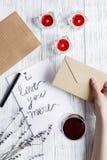 Vue supérieure de fond en bois de lettre d'amour de jour du ` s de Valentine de concept Images libres de droits