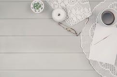 Vue supérieure de fond en bois de table avec les accessoires crocketing image libre de droits