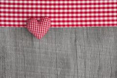 Vue supérieure de forme à carreaux rouge de coeur sur un b minable gris en bois Photographie stock libre de droits