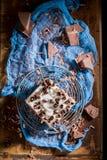 Vue supérieure de gâteau avec les frites de chocolat et la gelée de fruit photos libres de droits