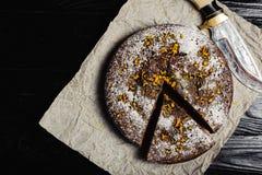 Vue supérieure de gâteau de chocolat sur un fond noir photo libre de droits