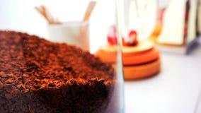 Vue supérieure de grains de café sur le fond blanc propre avec la composition des tasses de café, oiseaux colorés, lampes, jardin Image libre de droits