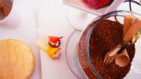 Vue supérieure de grains de café sur le fond blanc propre avec la composition des tasses de café, oiseaux colorés, lampes, jardin Photo libre de droits