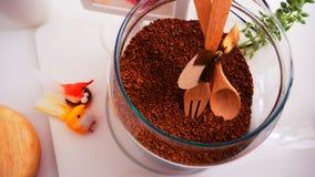 Vue supérieure de grains de café sur le fond blanc propre avec la composition des tasses de café, oiseaux colorés, lampes, jardin Photos libres de droits