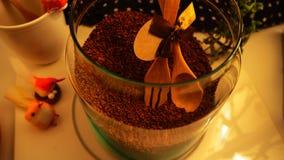 Vue supérieure de grains de café sur le fond blanc propre avec la composition des tasses de café, oiseaux colorés, lampes, jardin photographie stock libre de droits