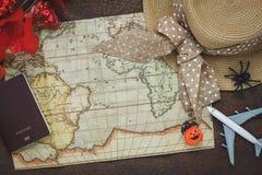 Vue supérieure de Halloween heureux accessoire avec des articles à voyager concept de fond images stock