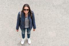 Vue supérieure de jeune femme heureuse sur la rue images libres de droits