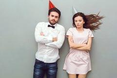 Vue supérieure de jeunes couples d'isolement sur le fond gris frowing photographie stock libre de droits