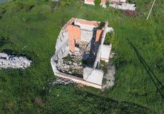 Vue supérieure de l'abandonné construisant une maison Construction en cours Images stock