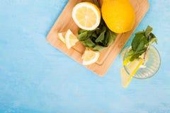 Vue supérieure de l'eau organique fraîche de detox avec des citrons photographie stock libre de droits