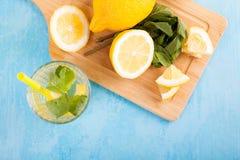 Vue supérieure de l'eau organique fraîche de detox avec des citrons image stock