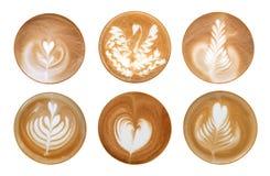 Vue supérieure de l'ensemble chaud de mousse d'art de latte de café d'isolement sur le dos de blanc photographie stock libre de droits