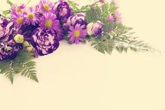 Vue supérieure de la belle disposition de fleurs pourpre sur le fond en bois blanc Copiez l'espace Photographie stock