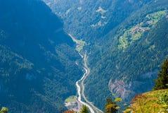 Vue supérieure de la belle gorge profonde dans les Alpes suisses photo libre de droits
