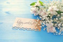Vue supérieure de la belles disposition et lettre de fleurs blanches au-dessus du fond en bois bleu Photo stock