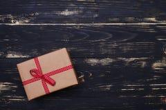 Vue supérieure de la boîte de présent de vintage enveloppée avec le ruban pointillé sur le Th Photos libres de droits