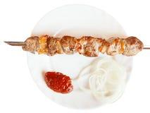 Vue supérieure de la brochette avec le chiche-kebab d'agneau d'isolement Photos libres de droits