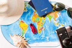Vue supérieure de la carte d'accessoires de voyage image libre de droits