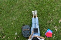 Vue supérieure de la femme des étudiants s'asseyant ensemble dans le jardin Photos libres de droits