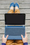 Vue supérieure de la jeune fille de hippie à l'aide de l'ordinateur portable photos libres de droits